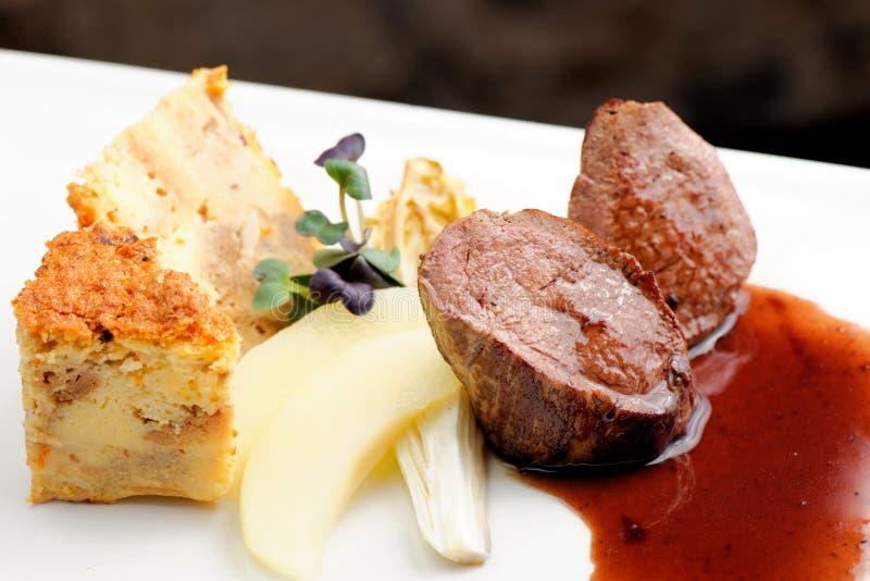 Bifteck de viande de venaison avec le tarte de quiche photographie stock libre de droits