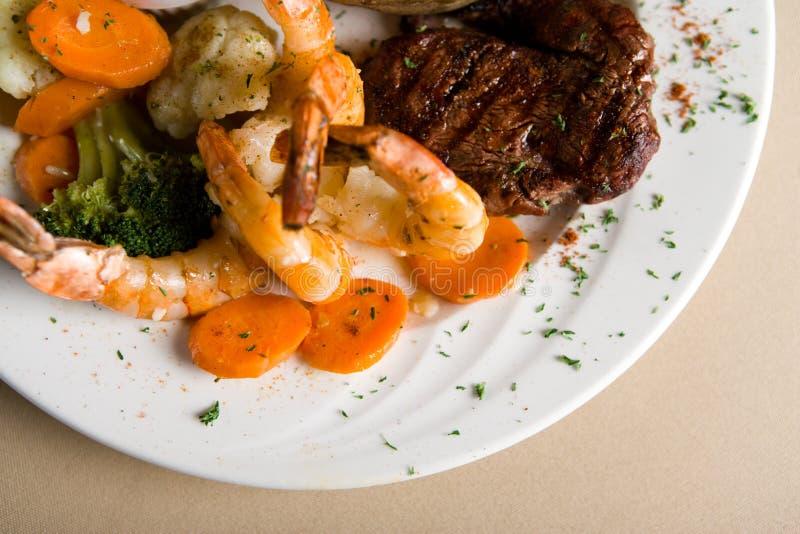Bifteck et crevettes images libres de droits