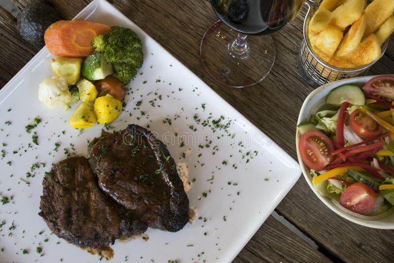 Bifteck et dîner de légumes image libre de droits