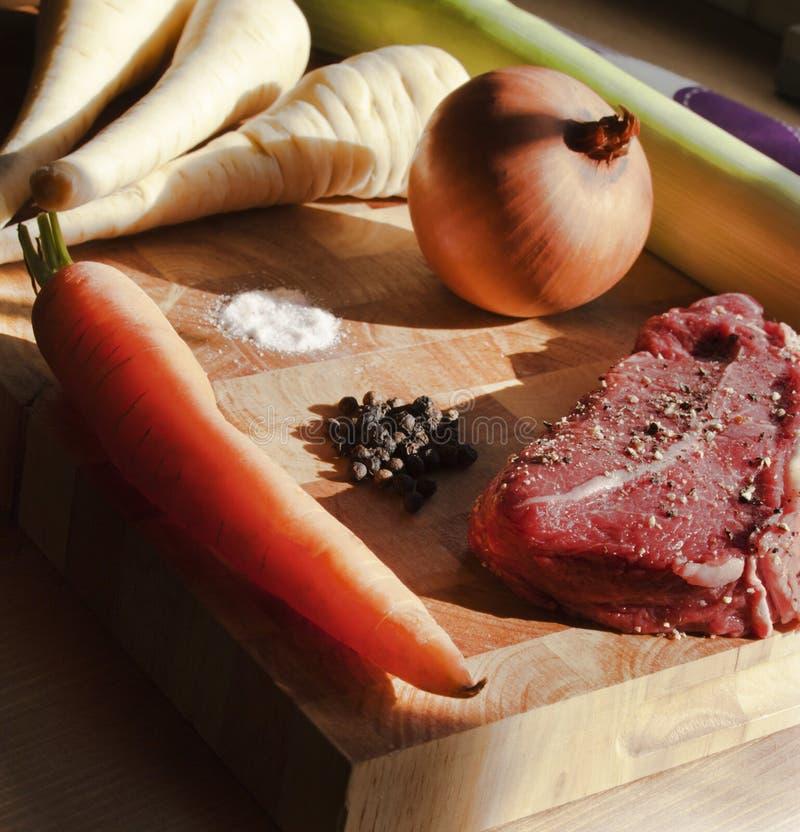 Bifteck et légumes à racine de jupe sur la planche à découper en bois photo libre de droits