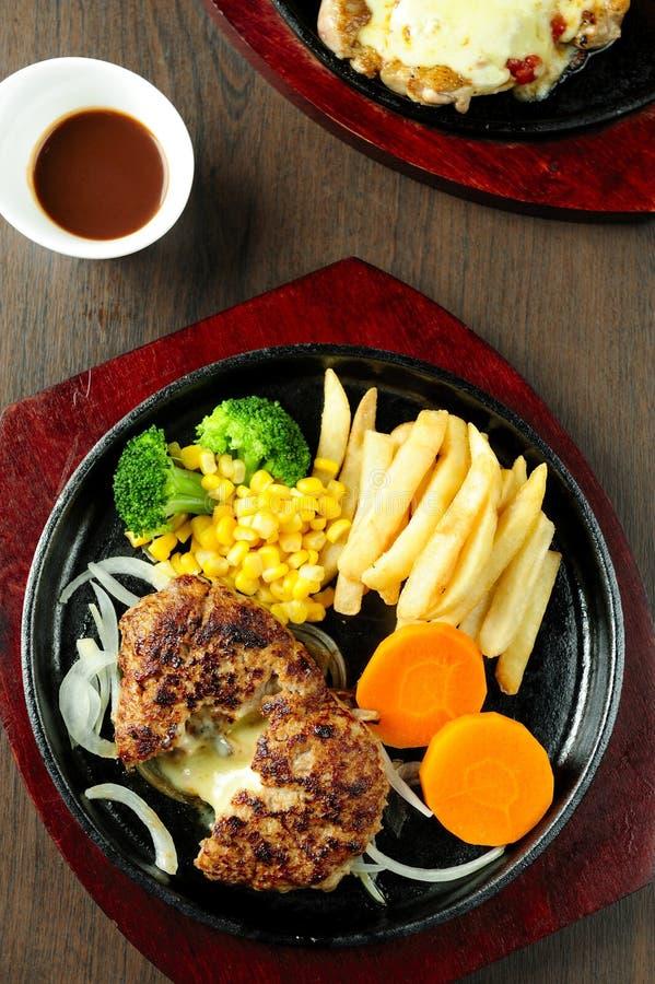 Bifteck et légumes grillés image stock