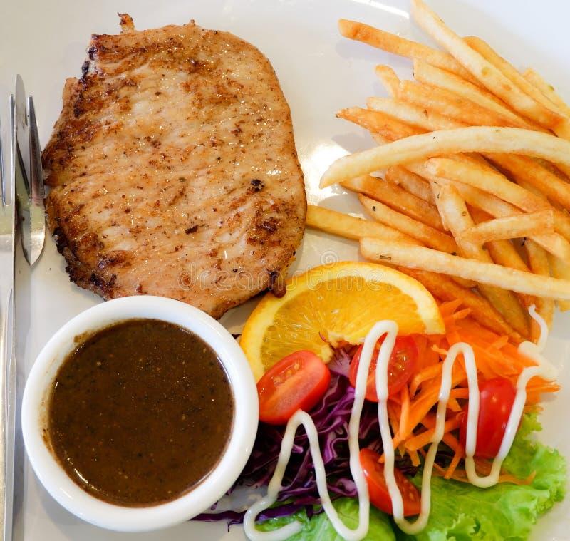 Bifteck et pommes frites grillés image stock
