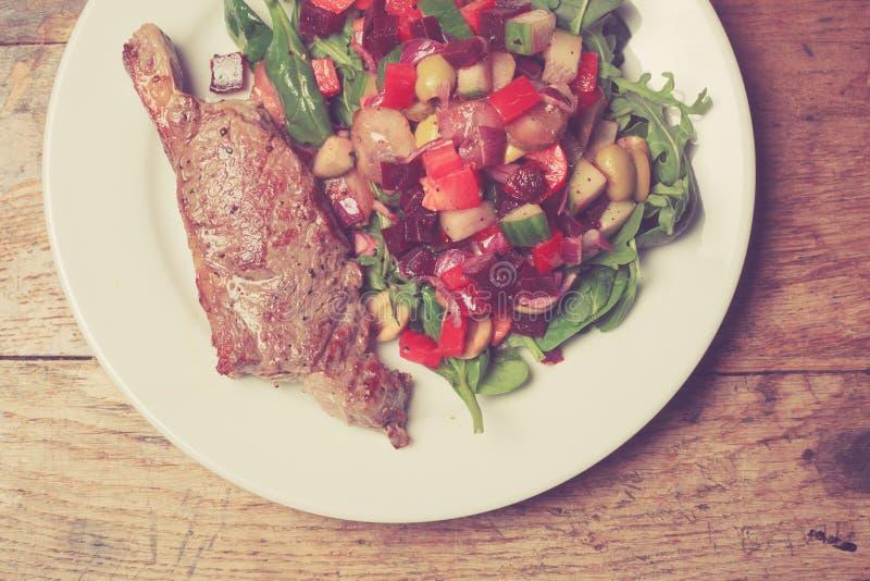 Bifteck et salade d'aloyau images libres de droits