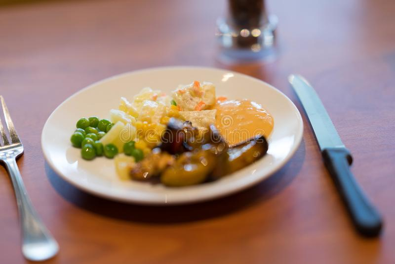 Bifteck et salafd avec la fourchette et le couteau photos stock