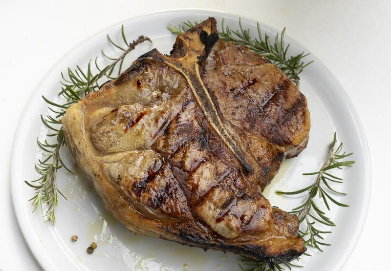 Bifteck florentin sur la table photographie stock libre de droits