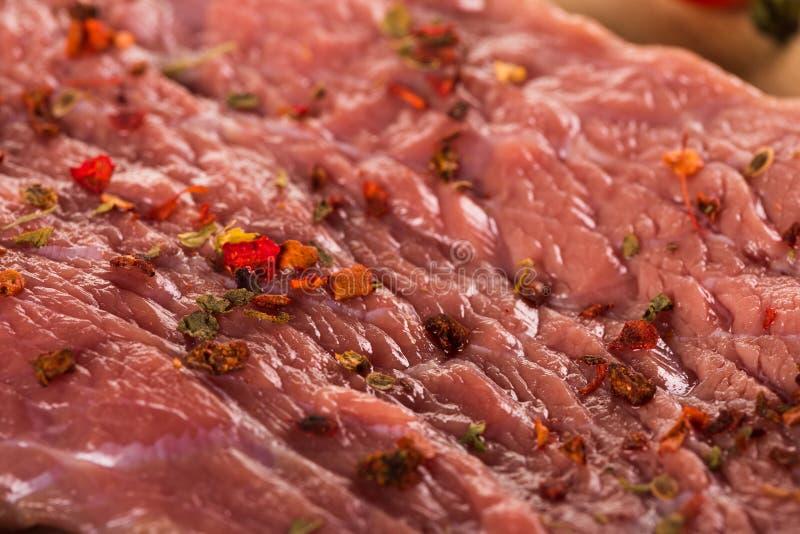 Bifteck frais avec les épices et le plan rapproché d'herbes photographie stock libre de droits