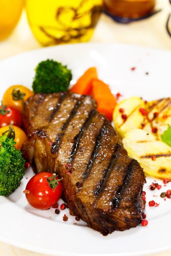 Bifteck gastronome avec le broccoli, tomate-cerise images libres de droits