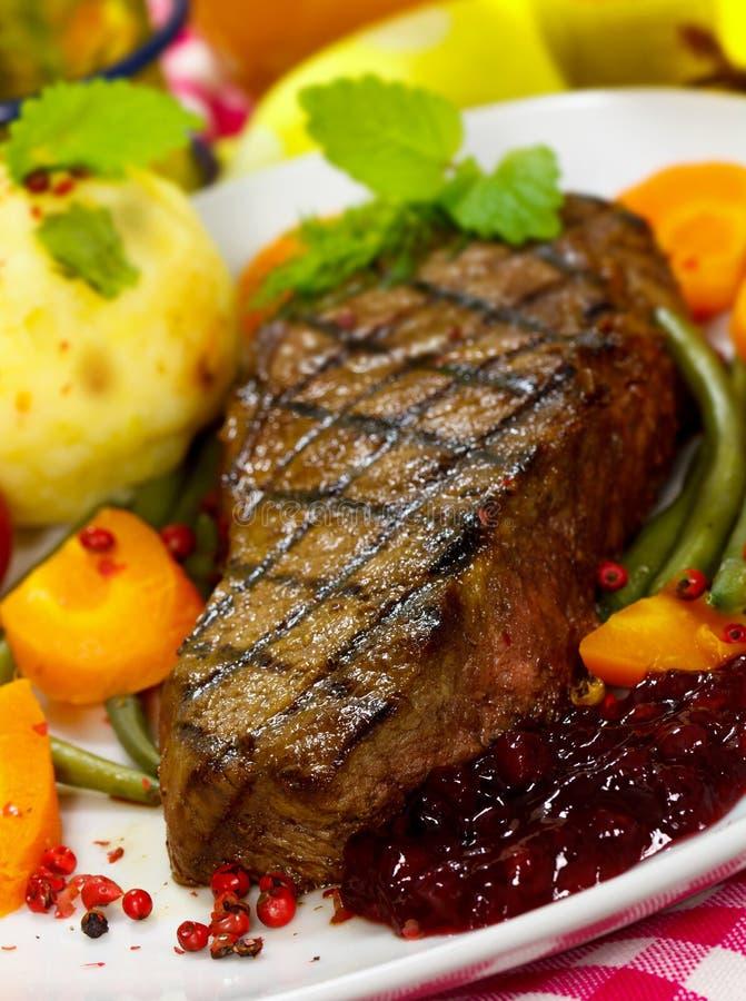 Bifteck gastronome avec les haricots verts, tomate-cerise, Cra images libres de droits