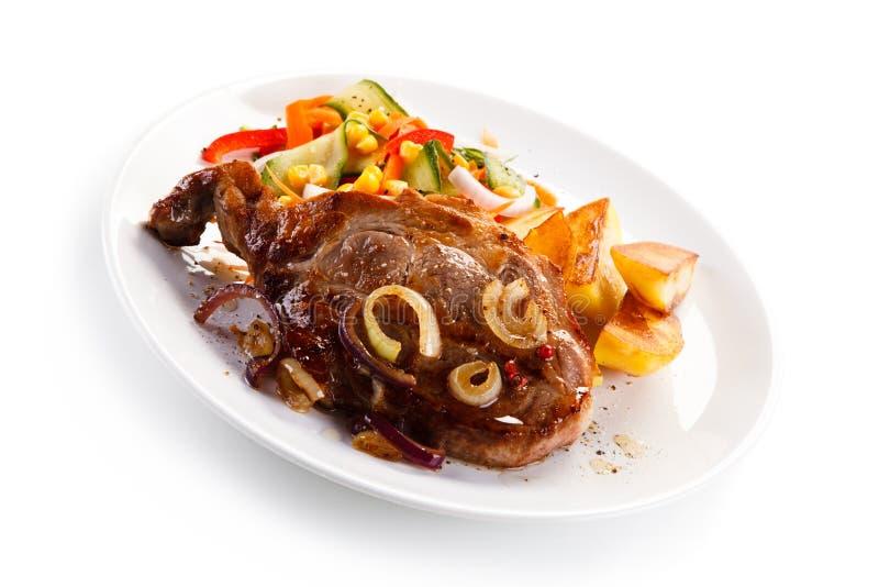 Bifteck grillé avec des pommes de terre image stock