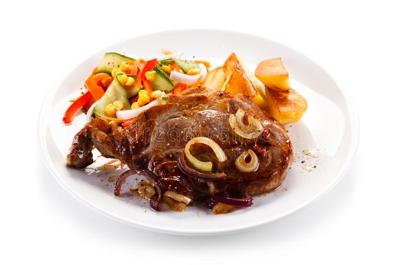Bifteck grillé avec des pommes de terre images stock