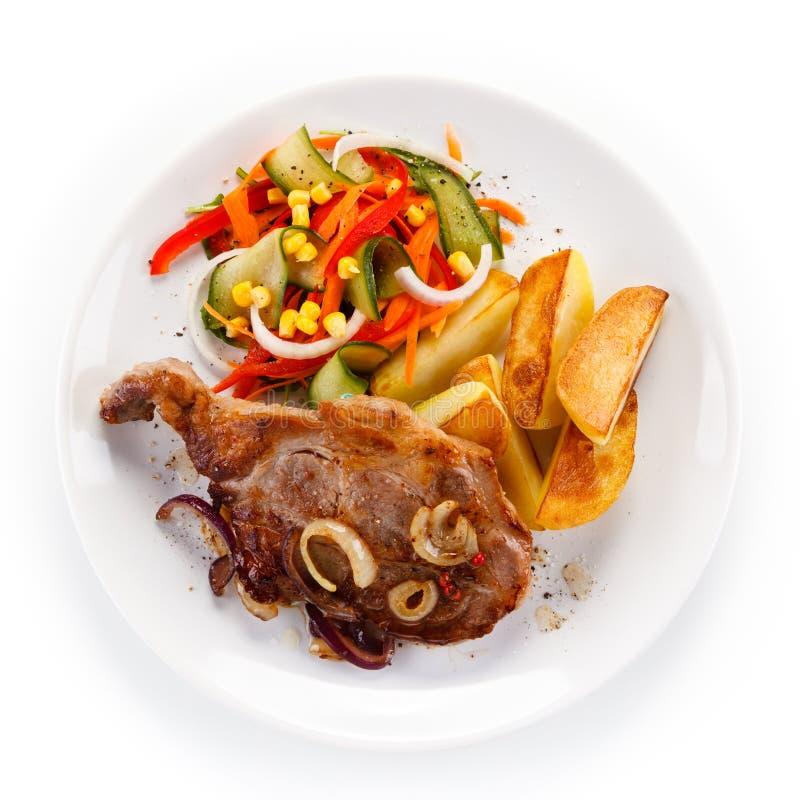 Bifteck grillé avec des pommes de terre photographie stock libre de droits