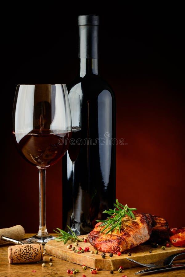 Bifteck grillé avec le romarin et le vin photo stock
