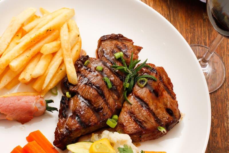 Bifteck grillé avec le vin rouge photographie stock