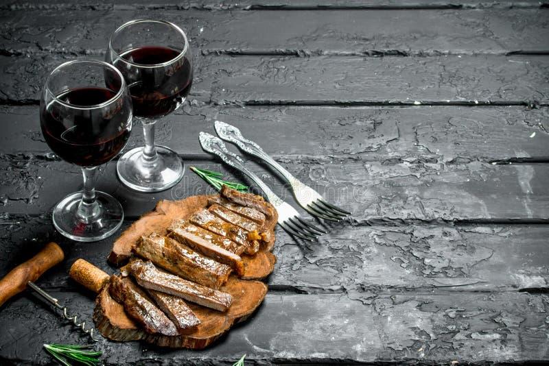 Bifteck grillé coupé en tranches avec du vin image stock