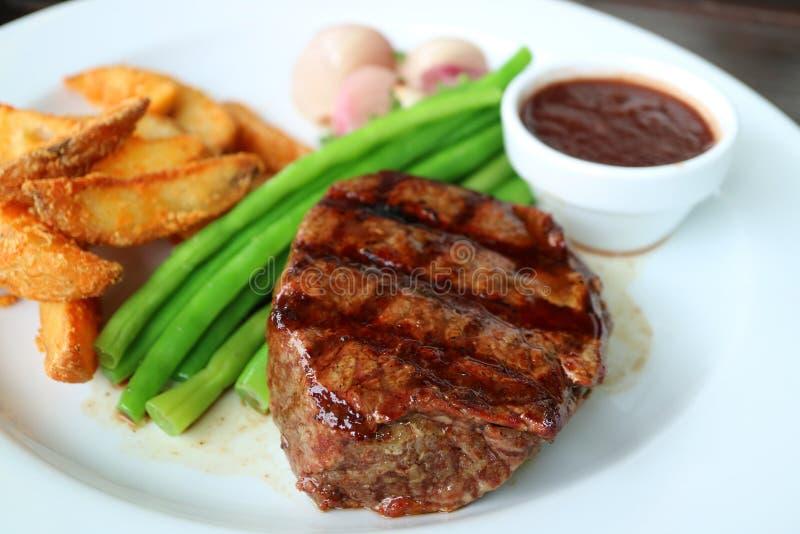 Bifteck grillé de filet avec le légume et le Fried Potato cuits à la vapeur brouillés à l'arrière-plan photo libre de droits
