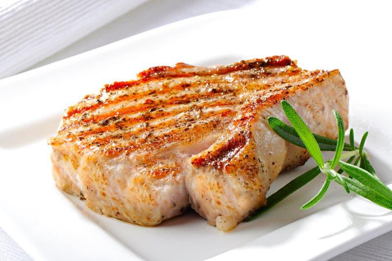 Bifteck grillé de porc, du plat blanc photographie stock libre de droits