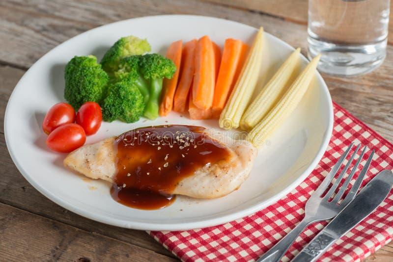 Bifteck grillé de poulet à la sauce et au légume à BBQ images stock