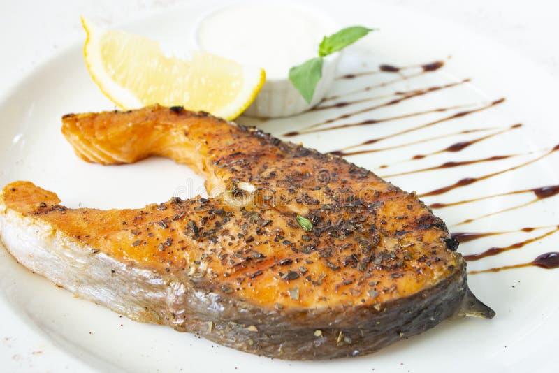 Bifteck grillé de salomon avec le citron photographie stock libre de droits