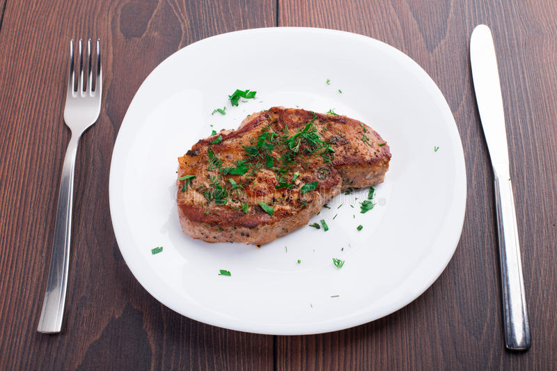 Bifteck grillé du plat blanc photos stock