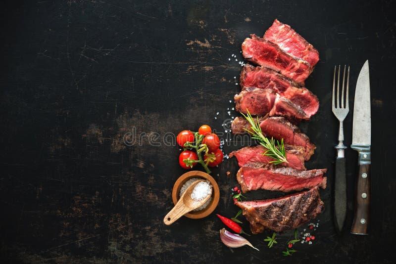 Bifteck grillé rare moyen coupé en tranches de ribeye de boeuf photographie stock libre de droits