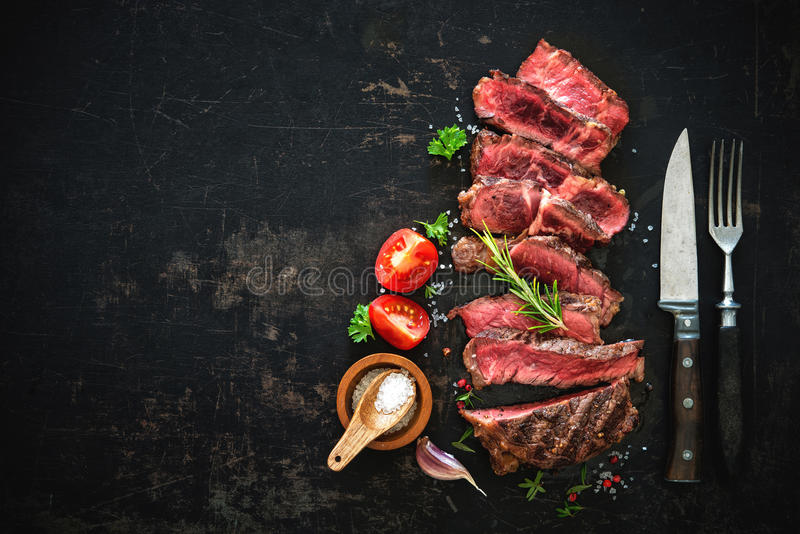 Bifteck grillé rare moyen coupé en tranches de ribeye de boeuf image stock