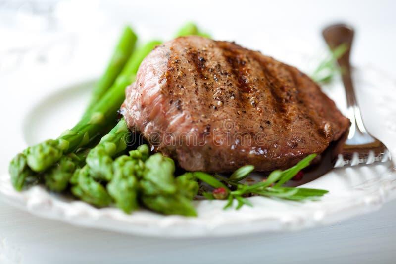Bifteck grillé sur l'asperge verte photo libre de droits