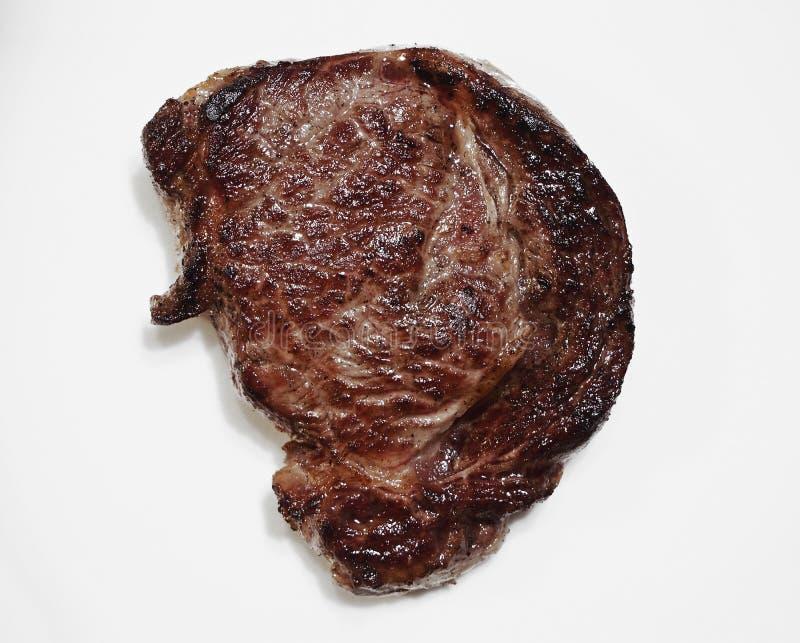 Bifteck juteux cuit de Ribeye d'isolement avec l'ombre image stock