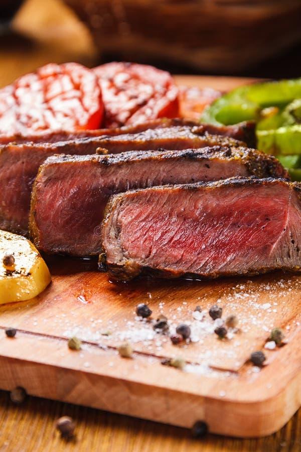 Bifteck juteux et légumes grillés avec des épices photos stock