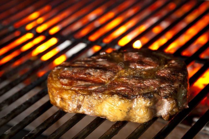 Bifteck juteux sur le barbecue images libres de droits