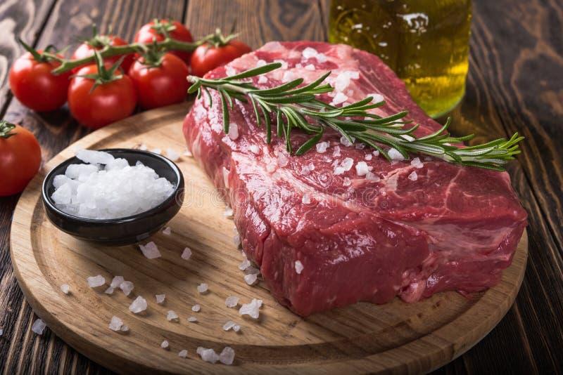 Bifteck marbré cru Ribeye de viande image libre de droits