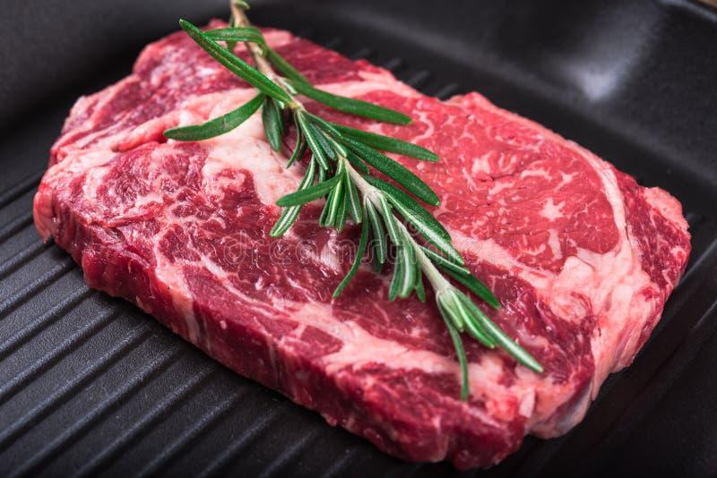 Bifteck marbré cru Ribeye de viande photographie stock libre de droits