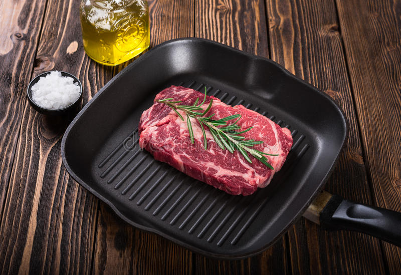 Bifteck marbré cru Ribeye de viande sur la casserole de gril photographie stock