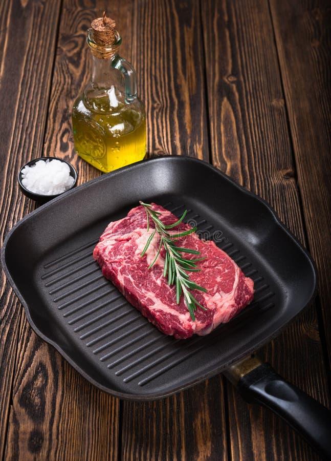 Bifteck marbré cru Ribeye de viande sur la casserole de gril images libres de droits