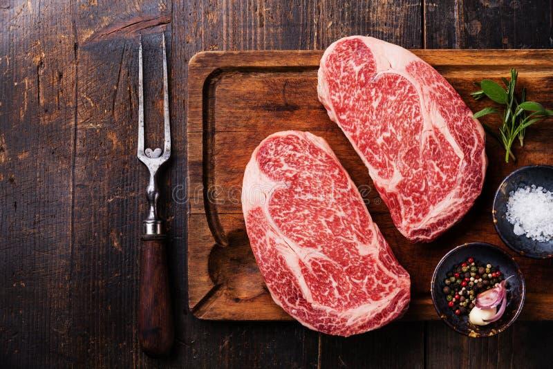 Bifteck marbré frais cru Ribeye de la viande deux photos libres de droits
