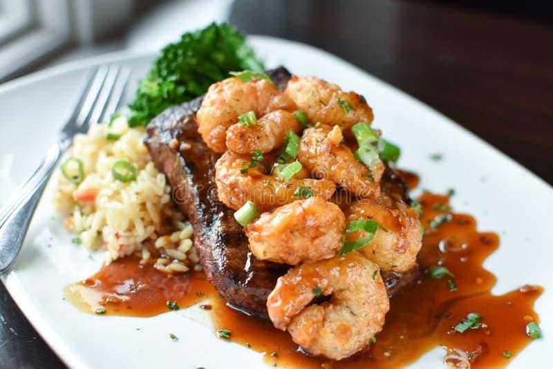 Bifteck plat de fer avec la crevette images stock