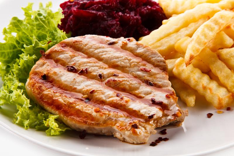 Bifteck, pommes frites et légumes grillés sur le fond blanc photos libres de droits