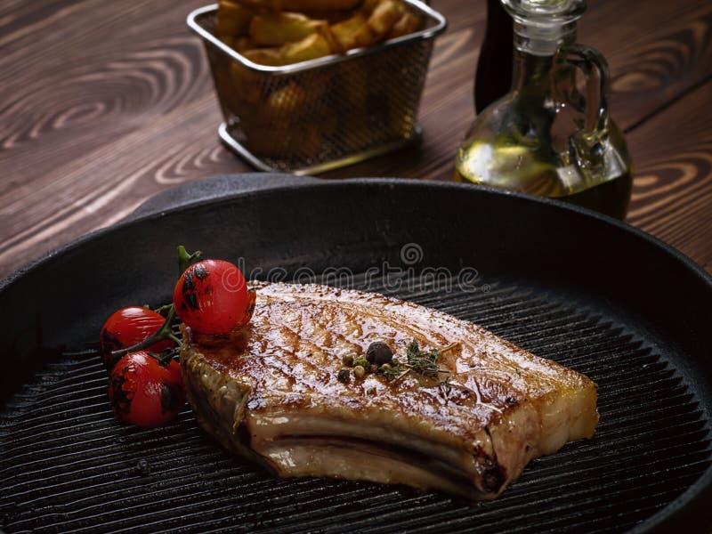 Bifteck rôti de porc sur des nervures photos stock