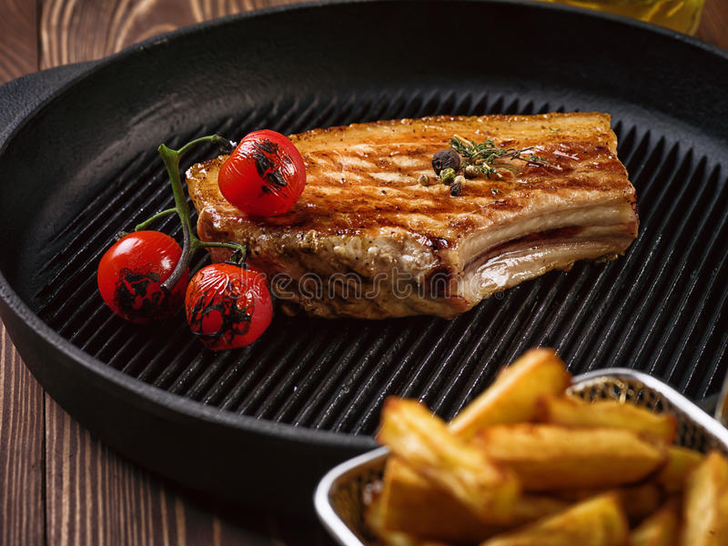 Bifteck rôti de porc sur des nervures photos libres de droits