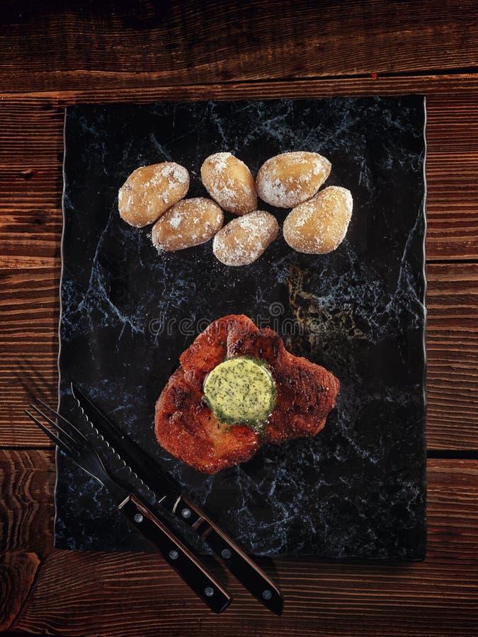 Bifteck rôti de porc sur un piédestal en pierre photographie stock
