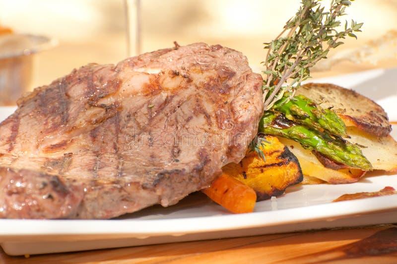 Bifteck, raccords en caoutchouc et pommes de terre images stock