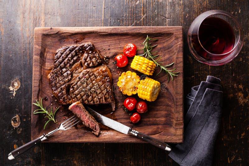 Bifteck rare moyen coupé en tranches Ribeye avec le maïs et les tomates-cerises photo stock