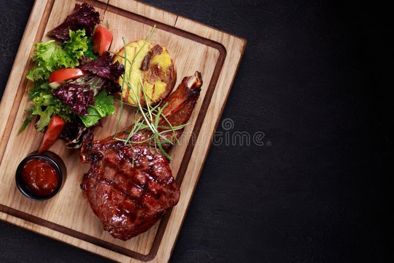 Bifteck rare moyen de nervure, gril et viande de barbecue images stock