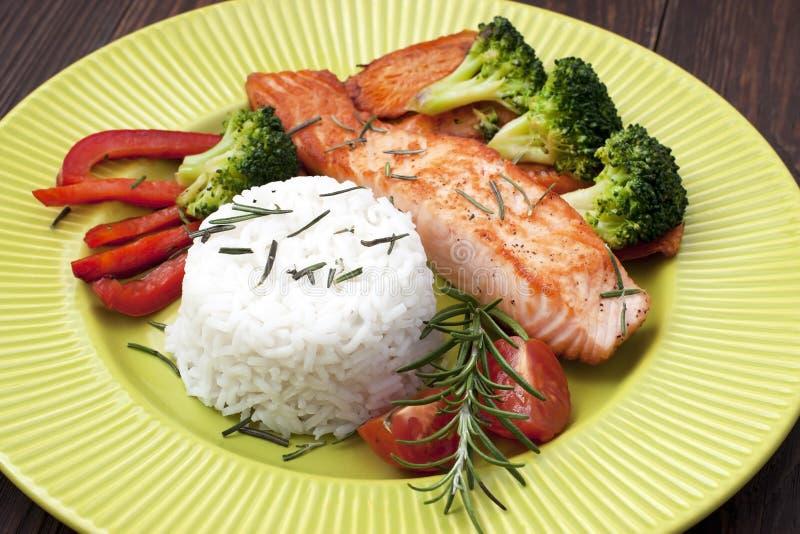 Bifteck saumoné avec des légumes de plat en céramique photos libres de droits