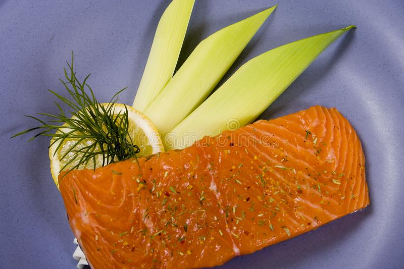 Bifteck saumoné cru. 2 image stock