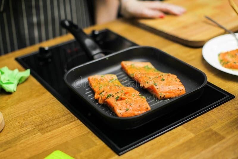 Bifteck saumoné cru sur la casserole photo stock