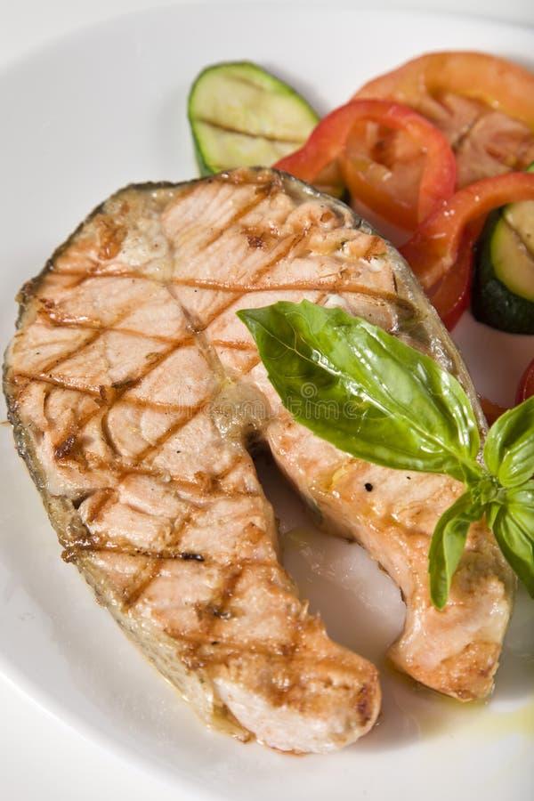 Bifteck saumoné cuit au four avec des veggies images libres de droits