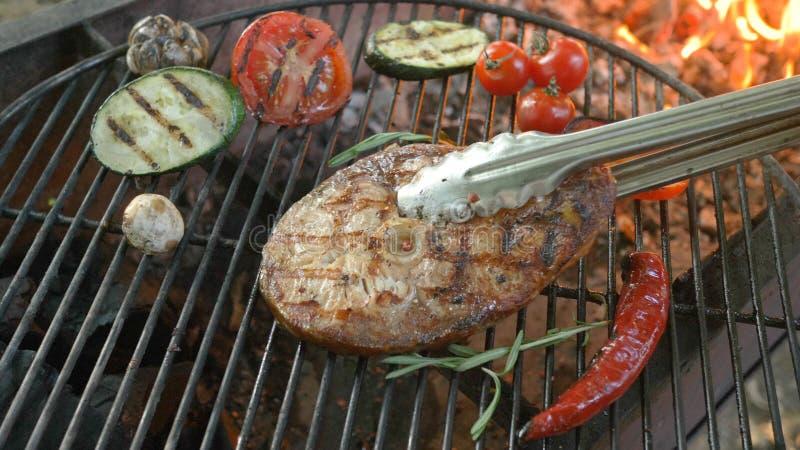 Bifteck saumoné grillé dans la casserole de gril avec le légume pour une fête de vacances photo stock