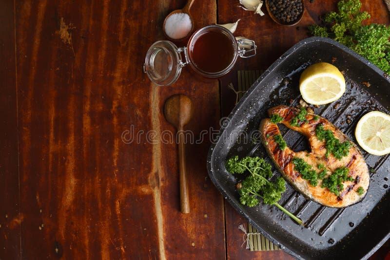 Bifteck saumoné grillé par casserole avec l'it& x27 ; ingrédients de s photos stock