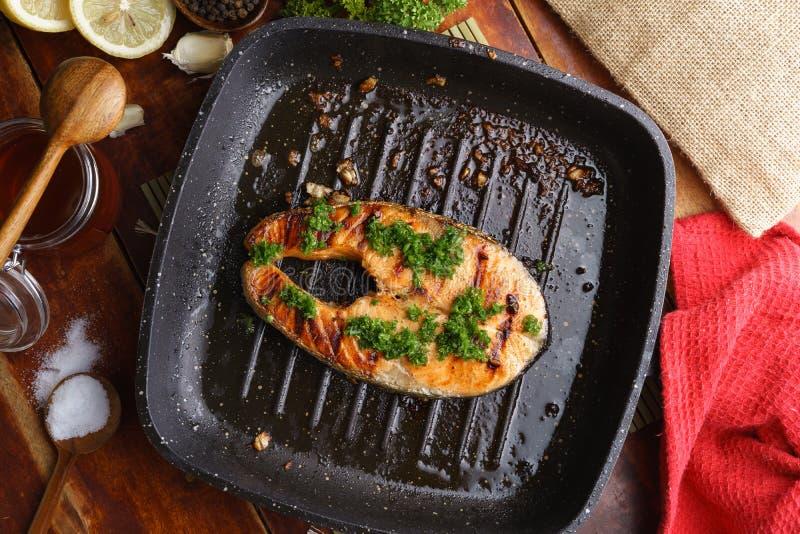 Bifteck saumoné grillé par casserole avec l'it& x27 ; ingrédients de s image libre de droits
