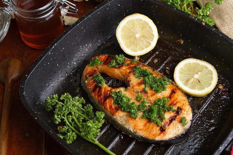 Bifteck saumoné grillé par casserole avec l'it& x27 ; ingrédients de s photo stock